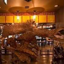 巨大な木彫りの鷲の置物4m50cm(推定樹齢200年)が、お客様をお迎えしています。。。
