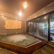 """自家源泉掛け流し。それぞれ内湯・露天風呂を兼ね備えております。。。""""古民家風""""殿方大浴場『御所の湯』"""