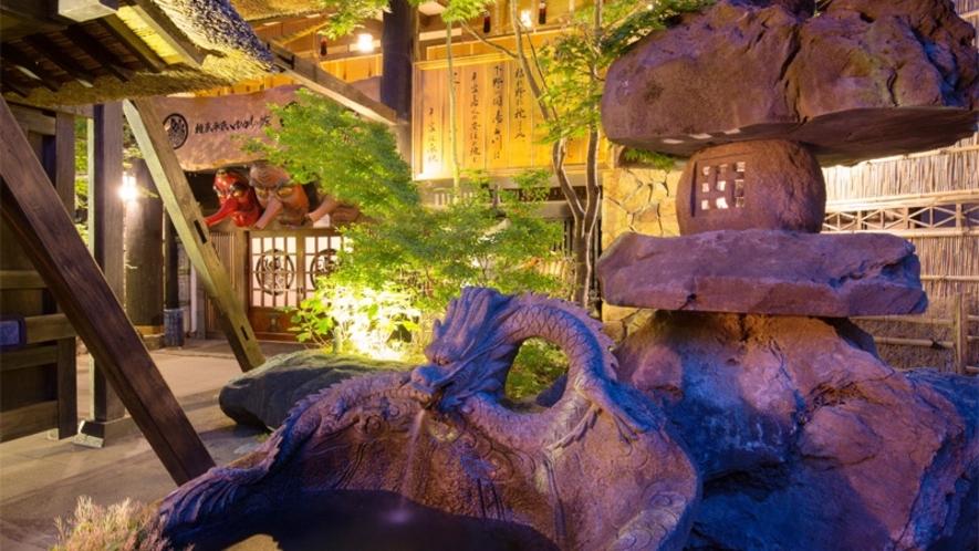"""【国宝級】高さ3メートルの風格ある鳥海石の石灯篭と""""貴重""""な龍神の霊泉(りゅうじんのれいせん)。。。"""