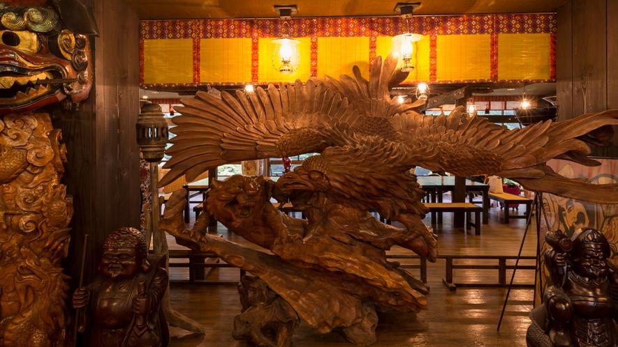 日本一。。。巨大な木彫りの鷲の置物4m50cm(推定樹齢200年)が、お客様をお迎えしています。。。