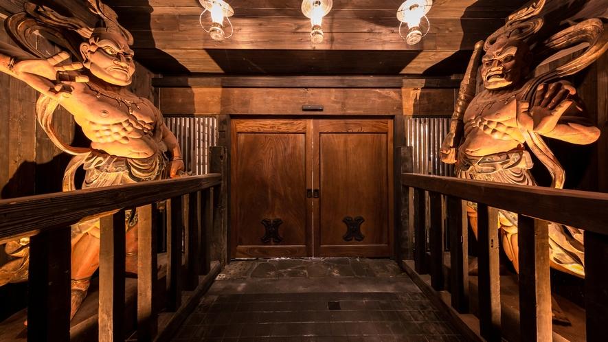 お客様をお迎えする。。。巨大な金剛力士像。。。下野国(しもつけのくに) 最大・最古の仁王像です。。。