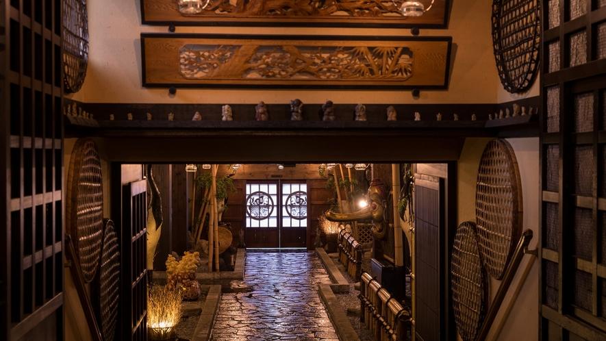 柱や梁、梯子階段などに往時のおもかげが残る造り、古美術品ファンのみならず外国人にも人気。。。