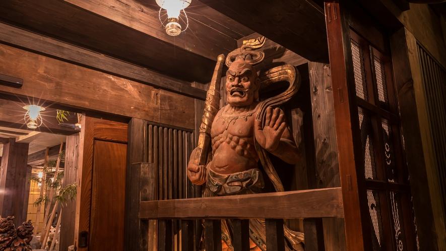 大きく口を開けた阿形と口を閉じた吽形は高さ2m50cm下野国の寺院から譲り受けた貴重なものです。。。
