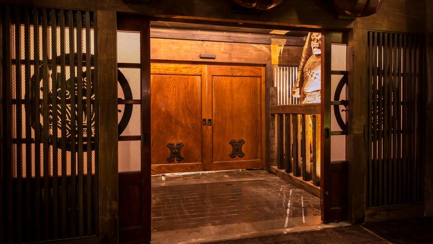 (国宝級)高さ2.3メートルの巨大な蔵戸…下野国(しもつけのくに) には数少ない貴重なものです。。。