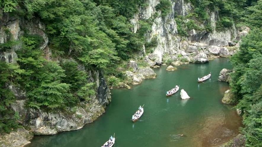 【鬼怒川ライン下り】は、奇岩・怪石が織りなす造形の妙を味わいながらスリル満点の川下りを楽しめます。