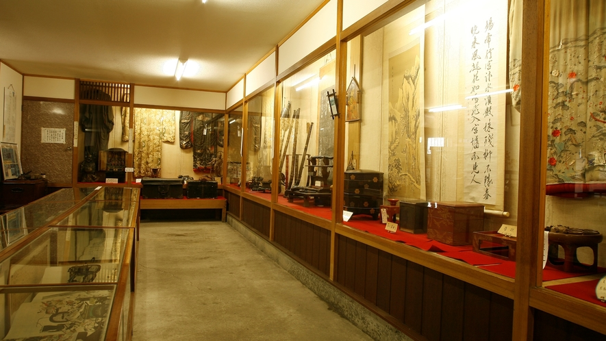 【平家落人民俗資料館】(大類資料館)当時の面影が伺える「鎧兜」「刀」「着物」などを展示しております。
