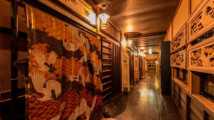 ギャラリー街道。。。昔懐かしい・・・銘木造りの回廊。。。『時代もの展示処』。。。【別館回廊一例】