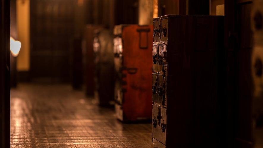 ギャラリー街道。。。昔懐かしい・・・囲炉里造りの回廊。。。『時代もの展示処』。。。【新本館回廊一例】