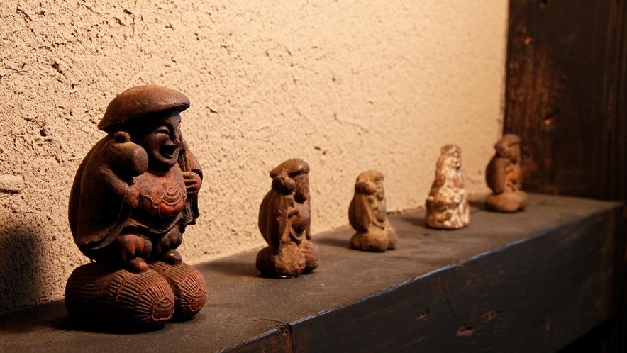 """古き時代物で組み合わせて造られた""""長屋回廊""""。。。古美術品の展示などお休み処となっております^.^"""