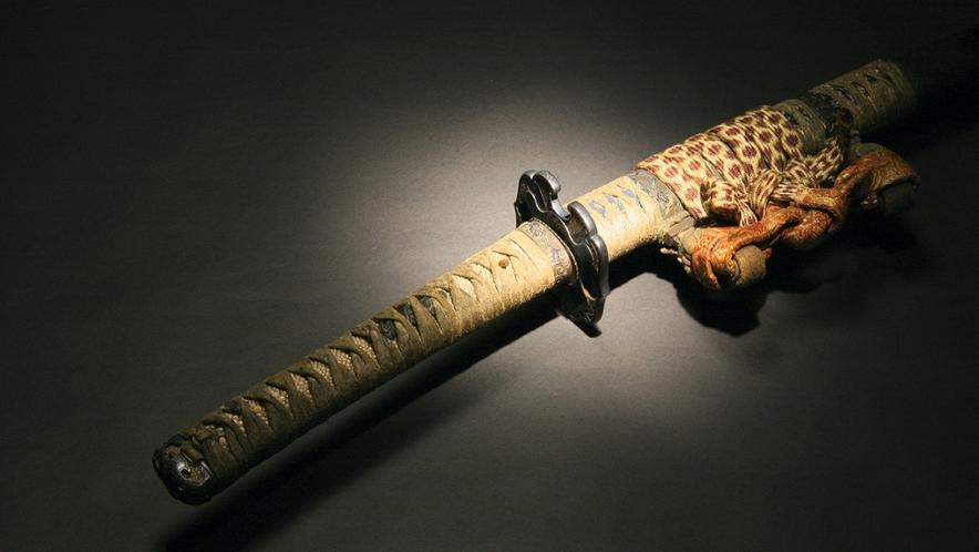 鎧兜武具など多種多様、見事に並んでいます・・・コレクションの品々は古美術品ファンにも人気。。。