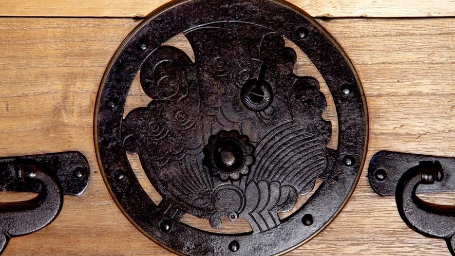 時代箪笥(江戸後期)揚羽蝶丸金具重ね衣装箪笥、コレクターに人気の高い揚羽蝶の丸金具で覆輪付き。。。