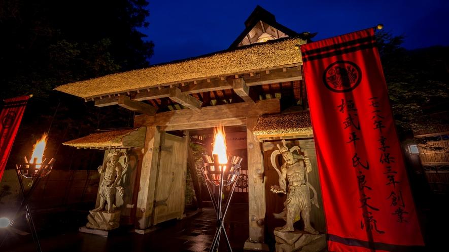 越後国(現在の新潟県上越市)上杉謙信公ゆかりの寺院から譲り受けた山門(寛永年間1624~1644年)