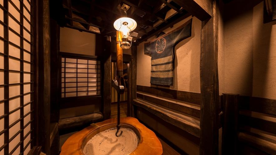 """""""囲炉裏端喫煙室"""" 下野国(しもつけのくに)の庄屋や豪農を百年以上も支えてきた古材主柱造りです。。。"""