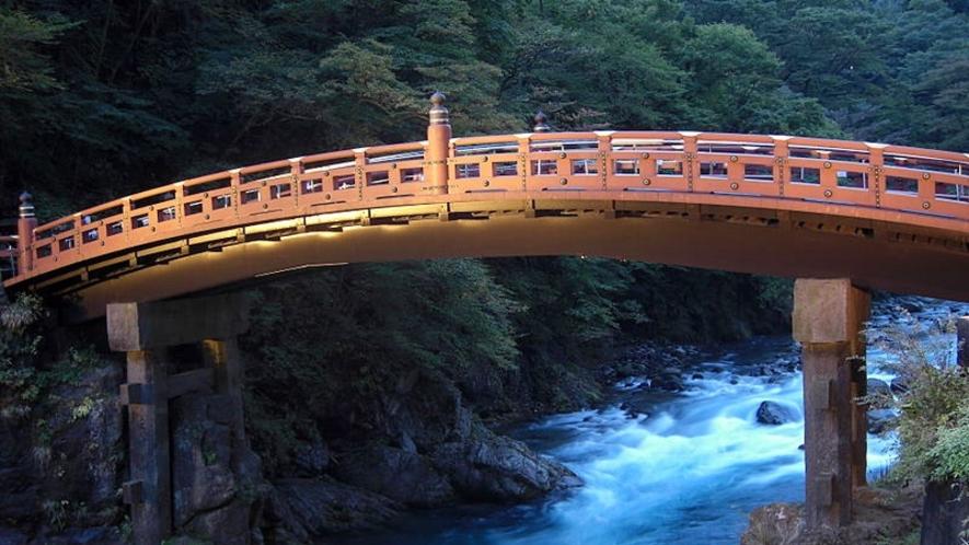 【神橋】聖地日光の表玄関を飾るにふさわしく国の重要文化財に指定され『世界遺産』に登録されました。