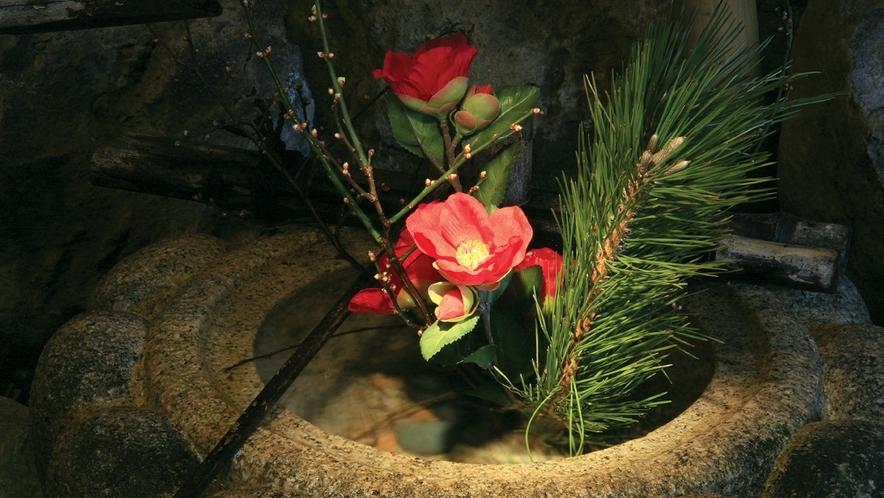 『つくばいの水音』も清々しく. 館内には季節の花が飾られ、細やかな心づかいを感じていただけます。。。