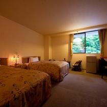 【母屋】二階のツインルーム。泰葉唯一のベッドのお部屋です。