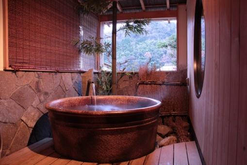 【禁煙室】信楽焼の浴槽☆半露天風呂付き和室 8畳
