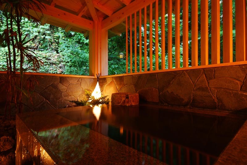 自然石の貸切風呂