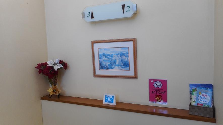 階段に飾られた絵画や花