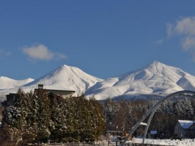 冬の十勝岳連峰