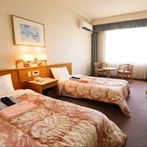 インバスツイン:広々な白を基調とした清潔感あふれるお部屋。