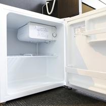 お部屋には冷蔵庫も完備しています。ご自由にお使いくださいませ。