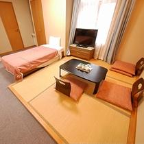 和洋室・畳にもお布団二枚対応で、最大5名様までご宿泊可能でございます。