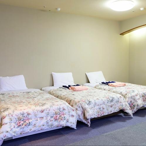 洋室トリプル:3ベッドなのでご家族やご友人と気兼ねなく、ほどよい距離感でご宿泊いただけます。