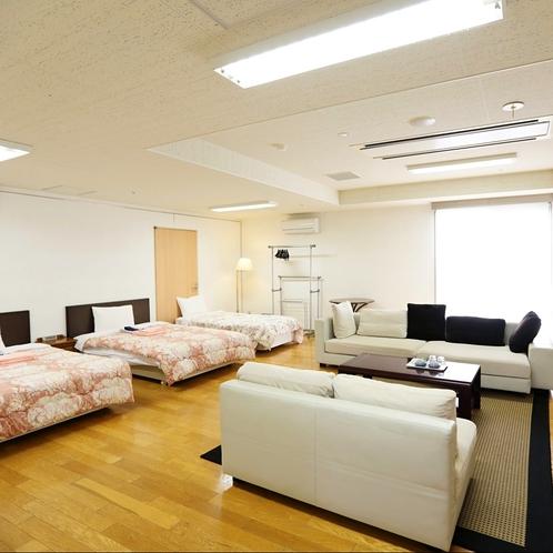 葵の間:大きいソファーが二つも並んだ贅沢なお部屋。3世代家族やグループでの利用にオススメ。