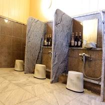 *【大浴場】プライバシーに配慮したシャワーブース。