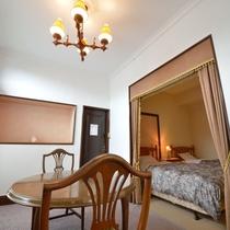 *【洋室_らんの間】天井が高く開放感があり、ベッドルームとリビングがございます。