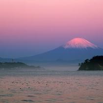 *【紅富士】秋/江ノ島周辺からの風景(車で10分/電車で30分)※写真提供:鎌倉市観光協会