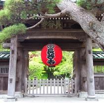 *【長谷寺】赤い提灯のある山門(車で2分・徒歩10分)