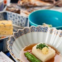 *【ご朝食(一例)】じゅわっと美味しい揚げ出し豆腐は、当館人気の一品です。