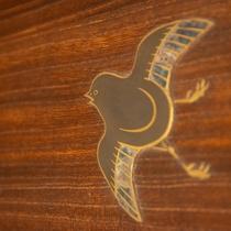 *【和室2間(10畳+6畳)】2階/欄間に飛ぶ鳥たち