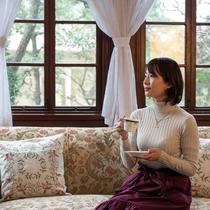 *【ラウンジ】クラシックなソファに座り、窓際でくつろぐひと時。