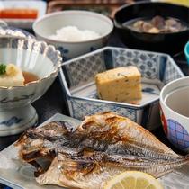 *【ご朝食(一例)】香ばしく焼き上げたお魚は、骨までお召し上がりいただけます。