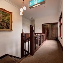 *【階段】1階ロビー奥上にある、レトロな洋館エリア。