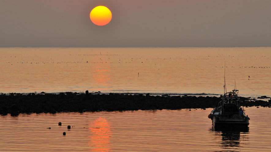 *【材木座海岸】和賀江島の夕焼け(車で5分・徒歩20分)※写真提供:鎌倉市観光協会