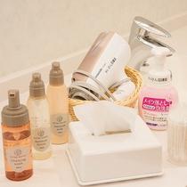 *【大浴場(女湯)】アメニティ/化粧水や乳液のほか、クレンジング、洗顔、ドライヤーなどを常備。