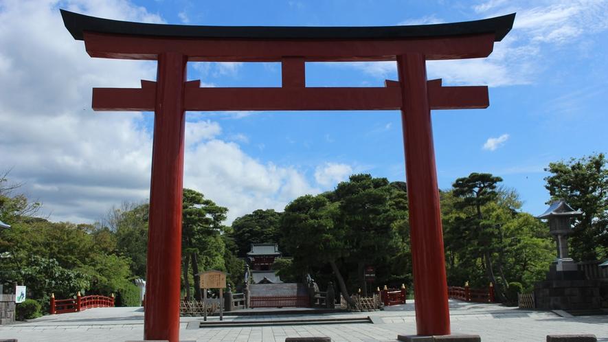 *【鶴岡八幡宮】正面鳥居(車で15分・徒歩40分)※写真提供:鎌倉市観光協会