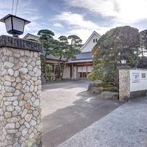 *【外観】「由比ヶ浜駅」から徒歩1分。鎌倉で唯一となる、純和風の割烹旅館です。
