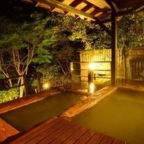 【大浴場の露天風呂】夜はライトアップされてまた違う雰囲気です