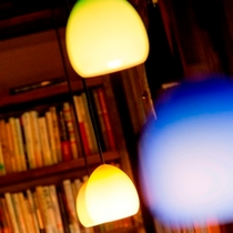【図書室】仄かな灯りと音楽が雰囲気を演出します