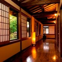 【客室前の廊下】木のぬくもりある館内。中庭もあります