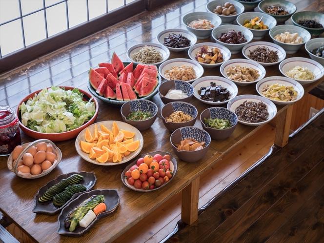 朝食は和総菜を好きなだけ