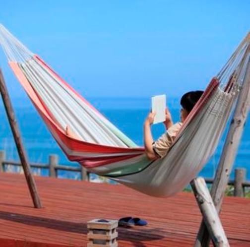天気のいい日はハンモックで読書