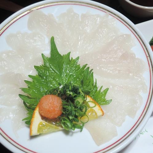 【食事一例】旬のお刺身をご用意致します。写真はカワハギのお刺身
