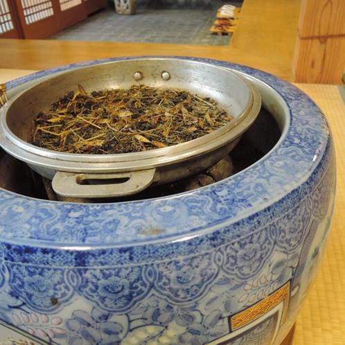 【施設】おいしいお茶をご堪能いただくために、ロビーにてお茶の葉を丁寧に炒っております。