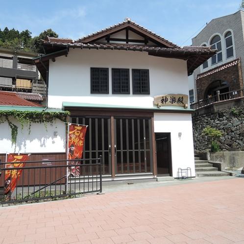 【周辺】神楽殿/月に1回、地元神楽団により石見神楽の上演が行われます。